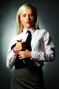 Femme En Cravate la mode des cravates au féminin